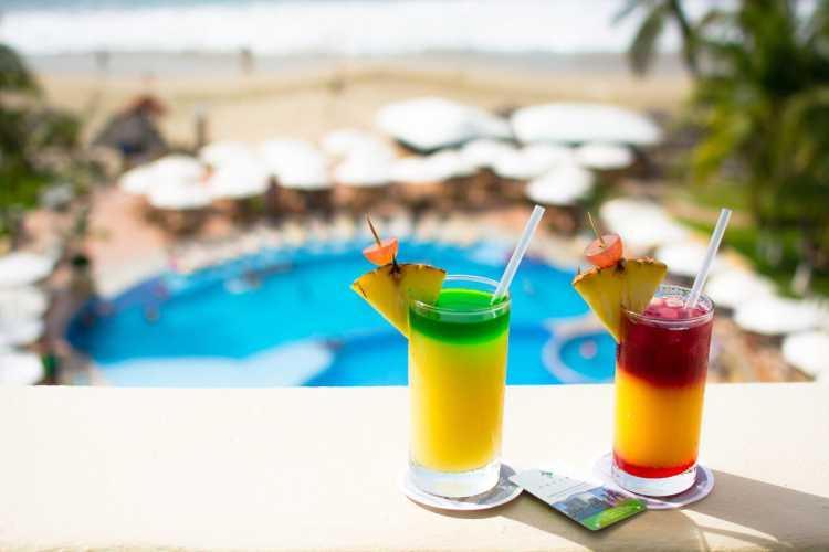 Hotel Tesoro Ixtapa Habitación MASTER SUITE, Una habitación con cama King size y una habitación con dos camas dobles, dos baños y vista parcial al océano