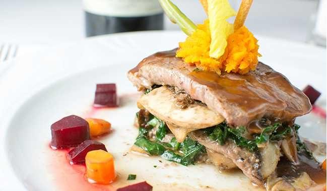 Hotel Tesoro Ixtapa Restaurante El Mesón: Servicio de cena a la carta. Alta cocina mexicana e Italiana. (Requiere reservación)